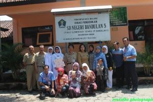 Fasilitator relawan foto bersama guru SDN Bandulan 5 Malang1
