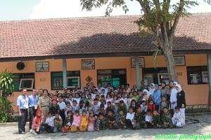 Fasilitator relawan foto bersama murid dan guru SDN Bandulan 5 Malang3