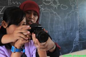 Relawan mengajari salah satu siswi yang ingin praktik human eye