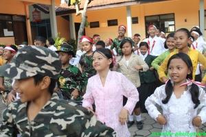 Sebelum masuk kelas relawan mengajak siswa-siswa Chicken Dance dulu