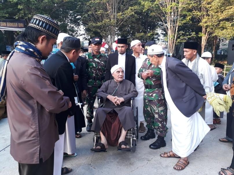 Pimpinan Pondok Pesantren Al-Ishlah Bondowoso Jawa Timur Abi K.H. Muhammad Ma'shum.jpg